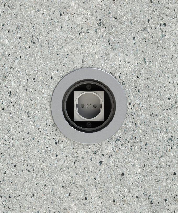 Runde Bodensteckdose 7501A für den Aussenbereich im Betonboden eingebaut Ansicht von oben