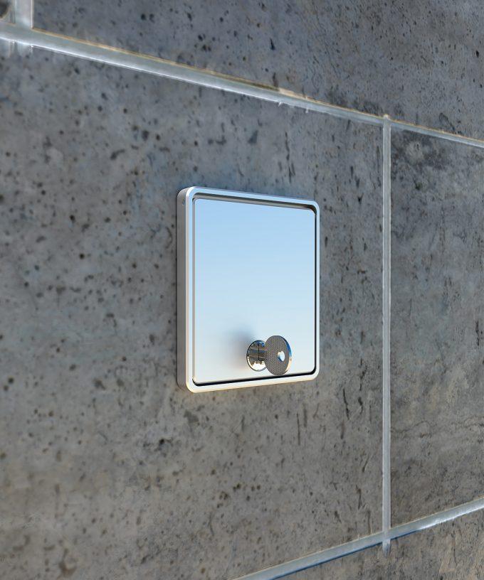 Wandsteckdose 5501A mit geschlossenem Deckel eingebaut in der Wand mit Schlüssel abgeschlossen