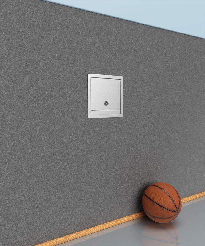 Wandverteiler 5503A Deckel-Tür verschlossen in der Sporthalle