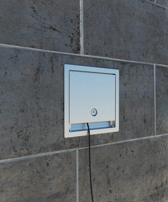 Wandverteiler 5503A Deckel-Tür verschlossen mit gestecktem Kabel in der Wand eingebaut