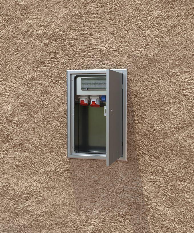 Wandverteiler 5723E mit CEE und Schuko Tür offen in der Wand eingebaut