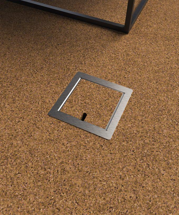 Bodensteckdose 8501B im Korkboden eingebaut Deckel geschlossen mit Bodenbelag
