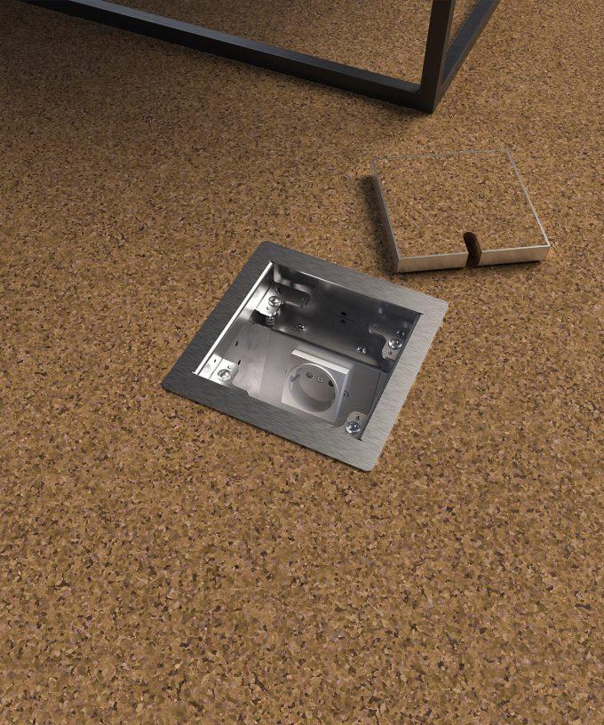 Bodensteckdose 8501B im Korkboden eingebaut Deckel offen mit Bodenbelag