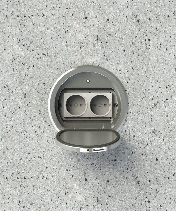 Bodensteckdose 8602A rund Schutzart IP65 im Betonboden eingebaut mit Schuko bestückt Deckel offen Ansicht von oben