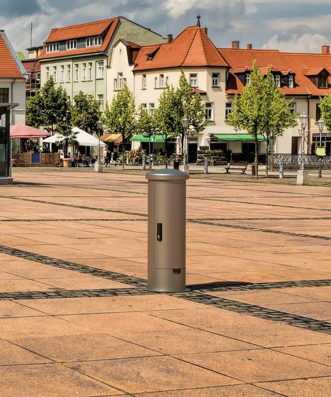 Stromsäule Energiepoller ESP24 aus Edelstahl mit geschlossener Tür im Aussenbereich