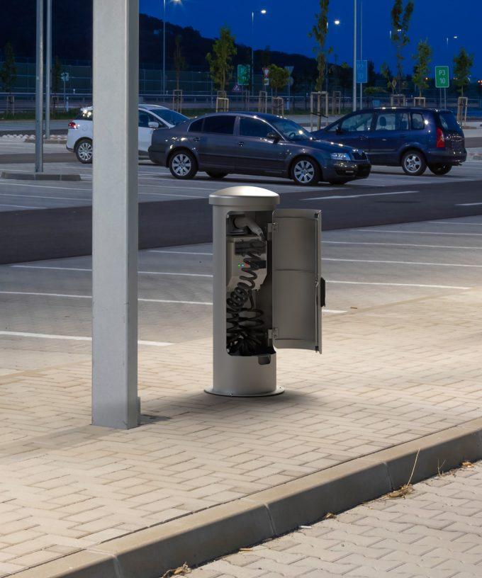 Ladesäule Ladestation ESP24-EM verschließbar am Rastplatz bei Nacht
